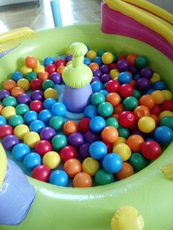 Basen dla dzieci nadmuchiwany z kolorowymi piłkami