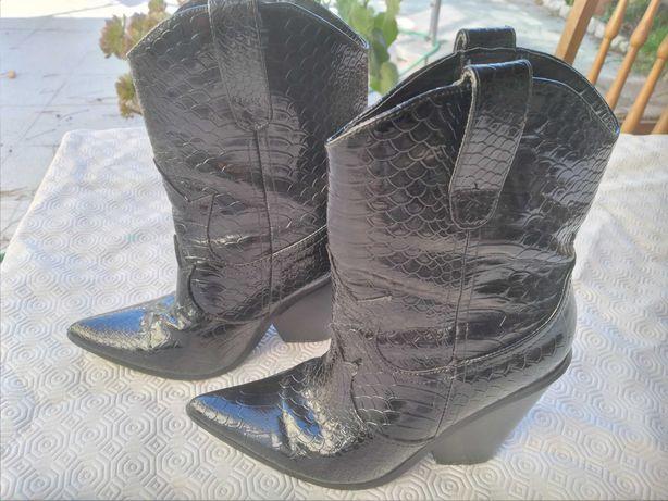 Bota com tacão Campero Cowboy pretas em pele de cobra