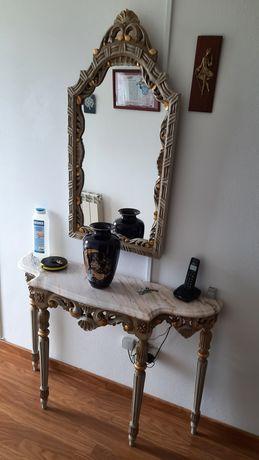 Móvel antigo com espelho, corredor
