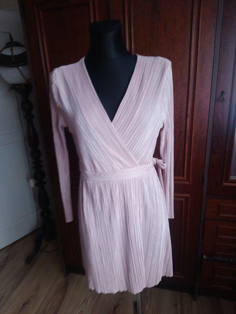 Sliczna sukienka z dekoltem
