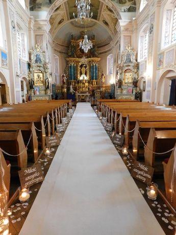 Biały dywan sala kościół śluby