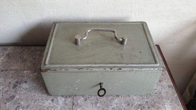 Stara kasetka PRL metalowa sejf puzderko