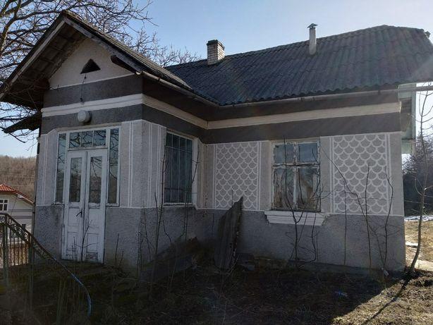 Продається житловий будинок в с.Крилос.в центрі села , поруч магазин ,