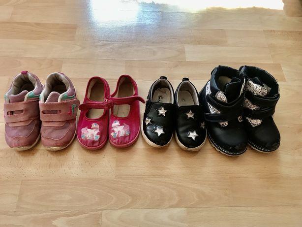 4 парі взуття для двору сапожки, кросівки, польські тапочки 25-26 роз