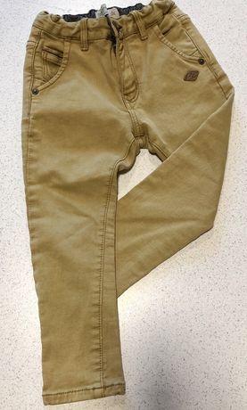 Sprzedam długie spodnie firmy Zara rozm. 104 gratis spodenki