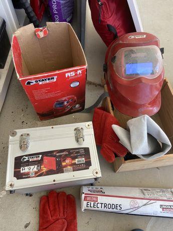 Maquina da soldar da STAYER em bom estado com capacete e caixa