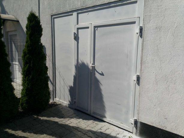 Duże drzwi wejsciowe