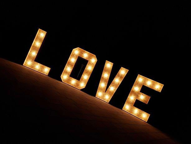Napis LOVE, duże litery boho na wesele z dowozem