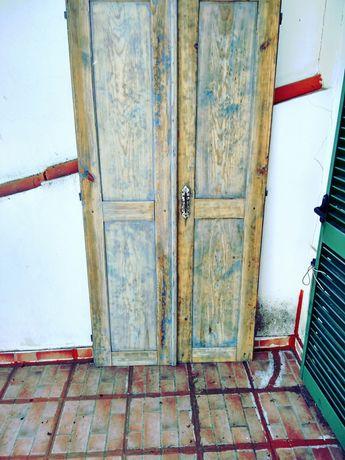 Duas portas de madeira
