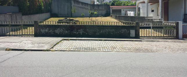 Terreno com projecto aprovado para moradia de quatro frentes