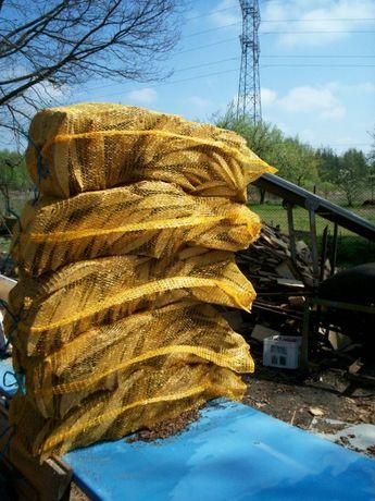 Zrzyny pocięte i poworkowane drewno opałowe suche