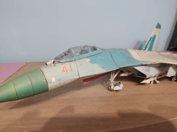 Model samolotu Suchoj Su-27 kartonowy z pełnym uzbrojeniem 1:33
