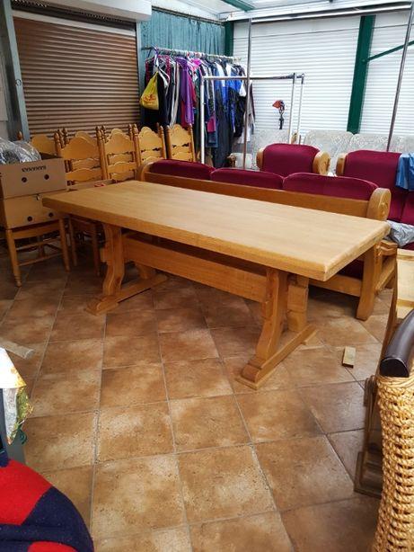 Duży drewniany stół.