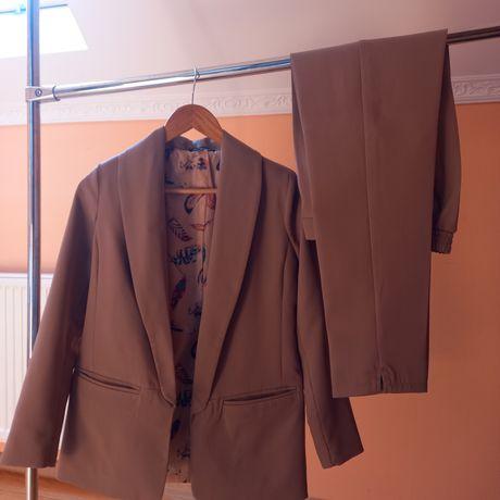 Классический брючный костюм базового цвета женский