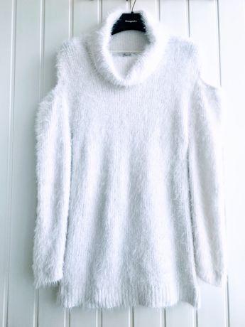 Пушистый белый свитер большого размера