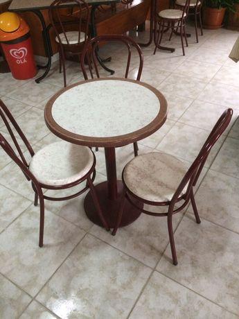 1 mesa e 3 cadeiras