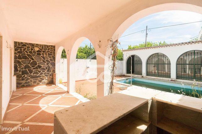 Moradia T5+1 com quintal, sótão com terraço, garagem e piscina   Vila