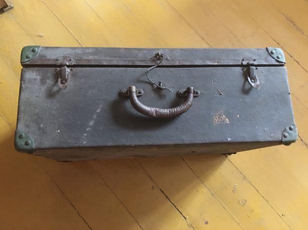Stara kolekcjonerska drewniana walizka
