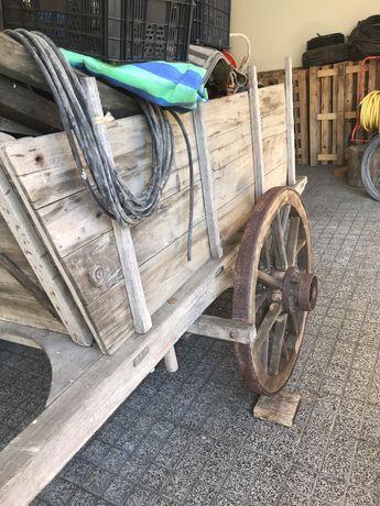 Velharias, carroça, rodas, canga.