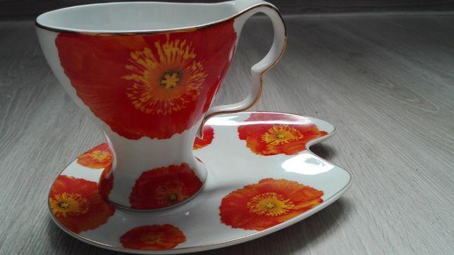 pomarańczowa filiżanka z talerzykiem