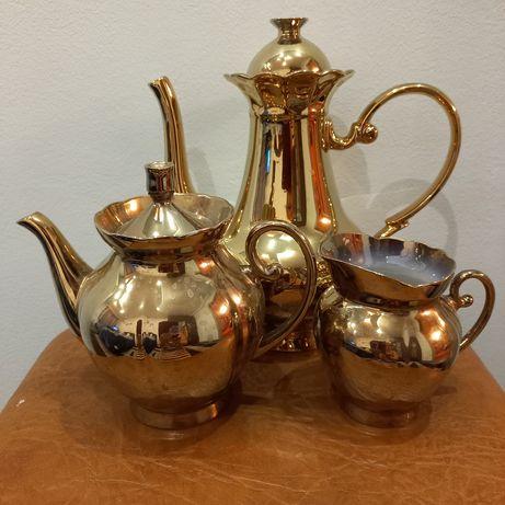 Чайник, молочник и заварной чайничек в золотом цвете