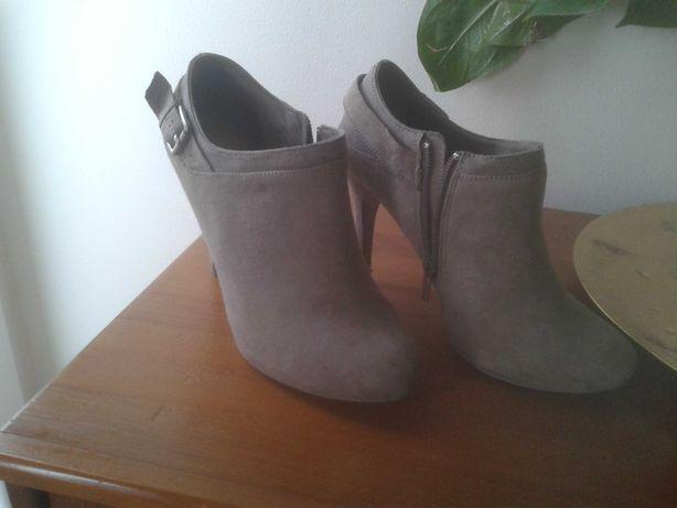 Sapatos abotinados