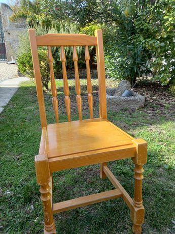 Cadeiras usadas em madeira de pinho