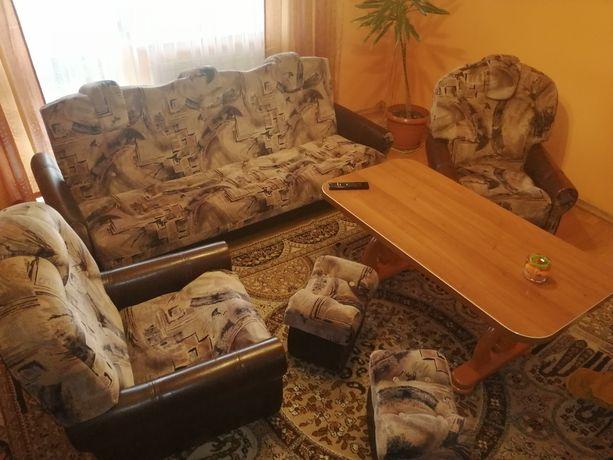 Zestaw wypoczynkowy- wersalka, 2 fotele, 2 pufy