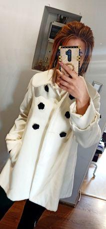 Biały płaszcz damski