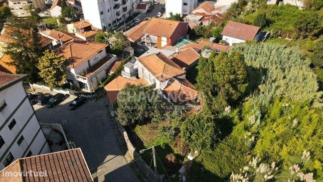 Terreno c/ Moradia para restaurar em Oliveira do Douro