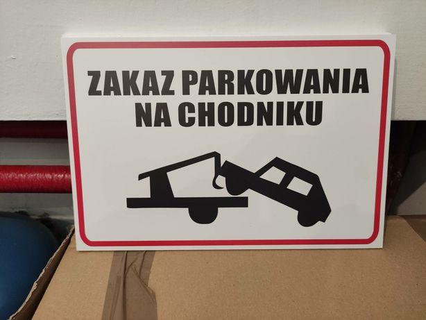 Nowa tabliczka zakaz parkowania na chodniku
