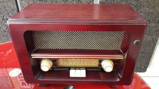 Rádio Retro de madeira maciça com sintonização manual.