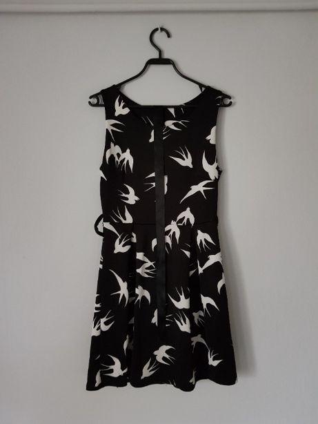 Czarno biała suknia w jaskółki