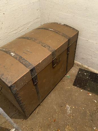 Kufer zabytkowy