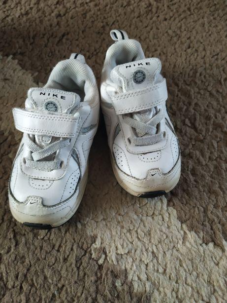 Adidasy chłopięce Nike r.22,5