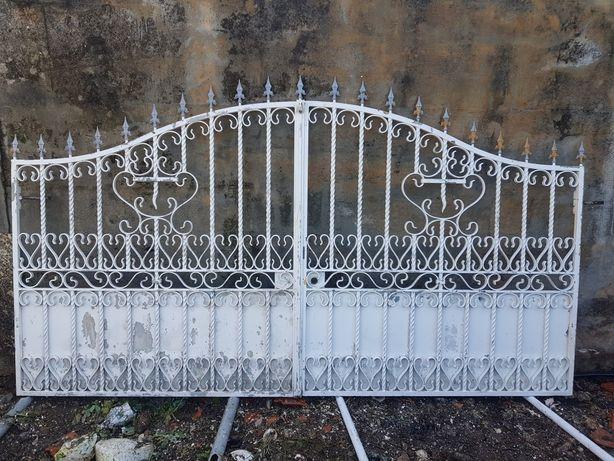 Vendo portão em ferro maciço.