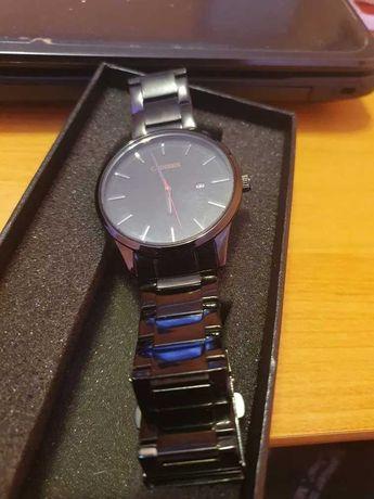 Czarny zegarek z datownikiem