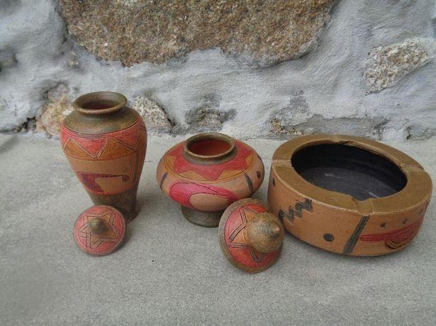 Conjunto de loiças ou peças de decoracao pintado a mão