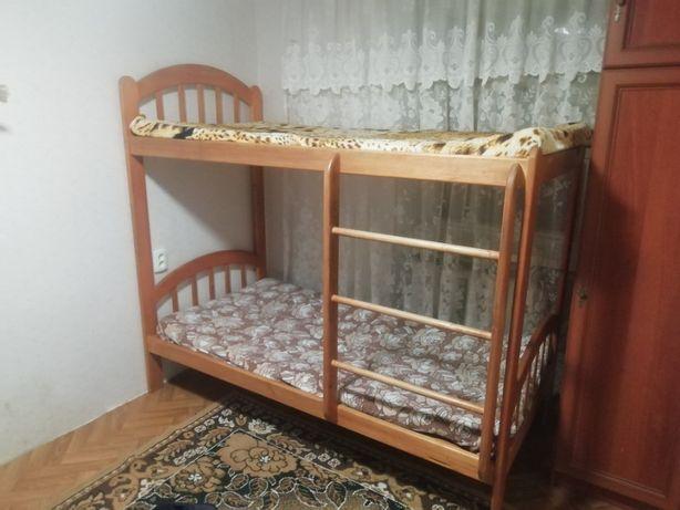 Продам двухярусную кровать с натуральнова дерева ручной роботи