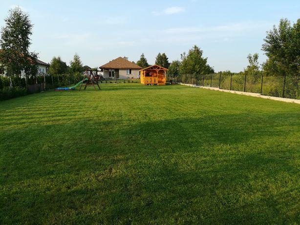Działka budowlana w Wieliszewie, ogrodzona z domkiem letniskowym.