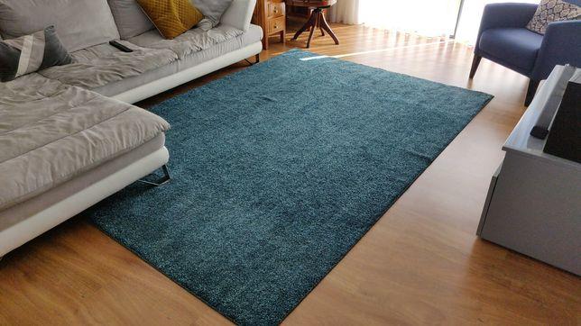 Carpete elegante azul em ótimo estado