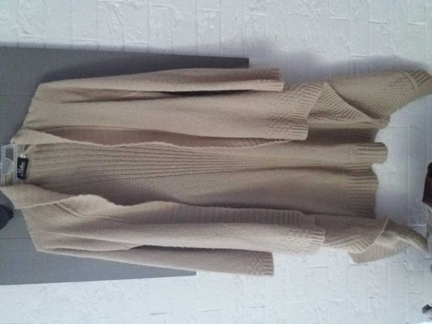 Dlugi sweter kremowy