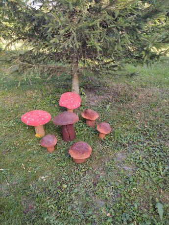 Grzyby drewniane ozdoba ogrodu