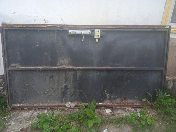 Продам двері, в чудовому стані, все готове залізні забрав і поставив