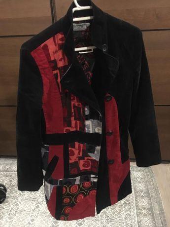 Casaco comprido preto e vermelho