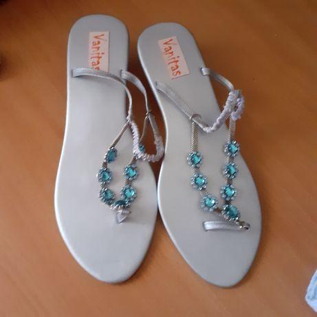 Vendo sandálias  novas as azuis tamanho 38e as rosa 39