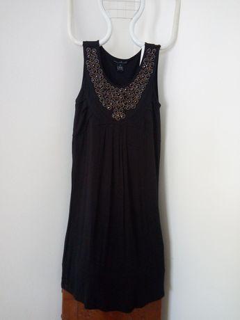 Vestido preto com  decote decorado