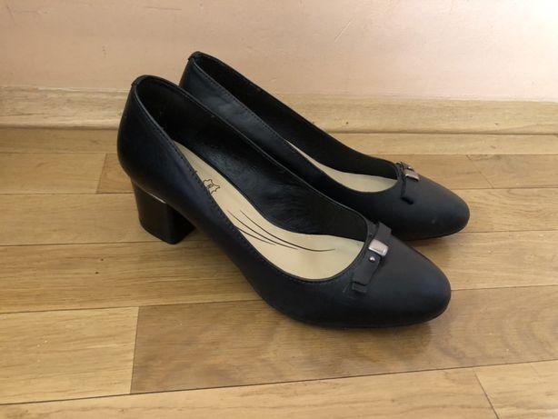 Skórzane buty na obcasie Lasocki