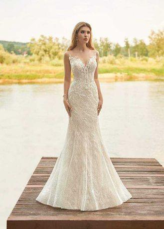 Suknia ślubna , długi welon oraz pokrowiec