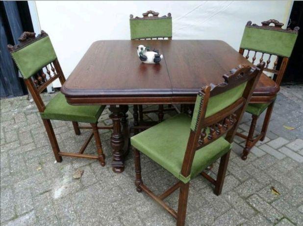 Antyczny stół z czterema krzesłami